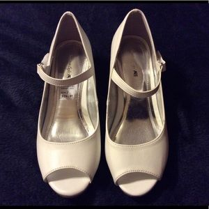 Girl size 2 white dress shoes. Excellent condition